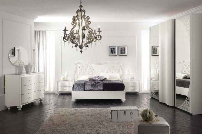 camera da letto con arredamento bianco