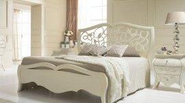 vista laterale letto con decorazioni
