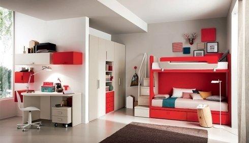 camera con letto a castello e forniture rosse