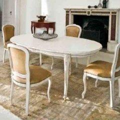 tavolo stile ottocento con sedie e cuscino incorporato