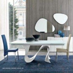 vista laterale di un tavolo con tappeto blu