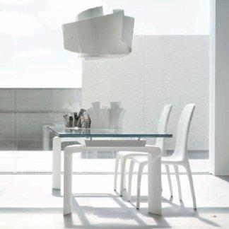 vista laterale tavolo con sedie in plastica