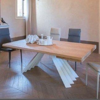 tavolino in legno con gambe bianche
