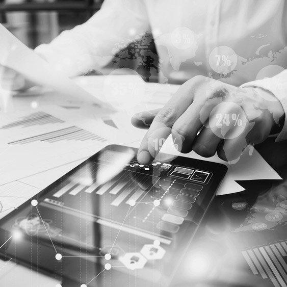 commercialista controlla un grafico su tablet
