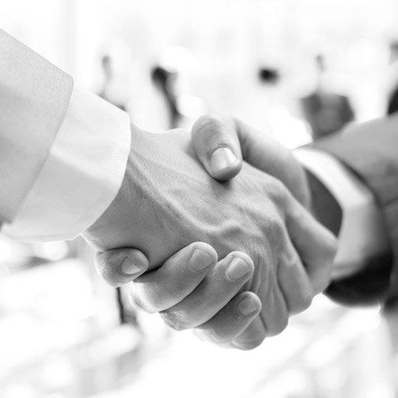 stretta di mano tra commercialista e cliente