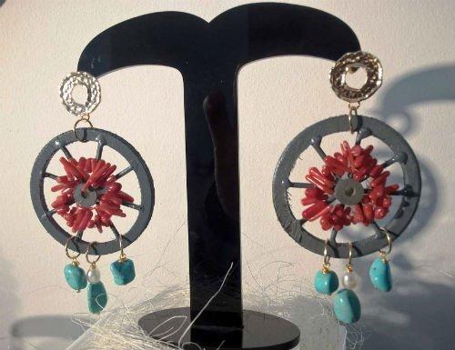 due orecchini di color grigio,rosso e azzurro