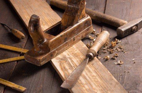 pialla, asse di legno, scalpello e martello