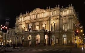 Teatro alla Scala di Milano notturna con NCC TAXI MILANO