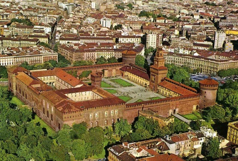 il Castello Sforzesco panoramica con NCC TAXI MILANO
