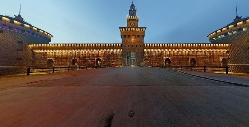 il Castello Sforzesco di notte con NCC TAXI MILANO