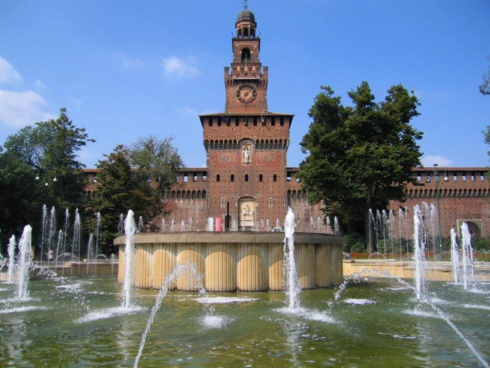 il Castello Sforzesco e la fontana con NCC TAXI MILANO