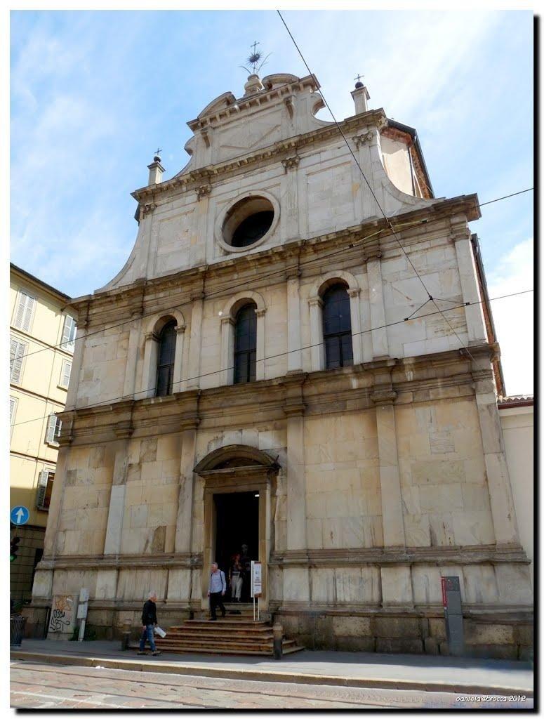 Chiesa di San Maurizio al Monastero Maggiore esterno con NCC TAXI MILANO