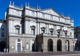 Teatro alla Scala di Milano esterno con NCC TAXI MILANO