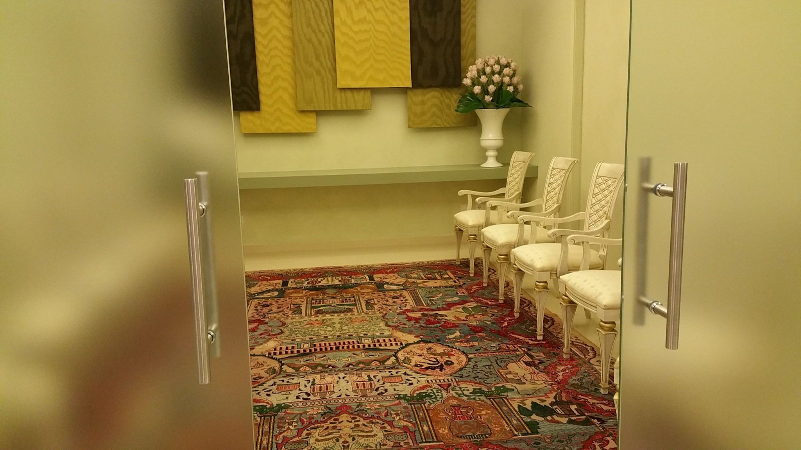 una stanza con un tappeto e delle sedie