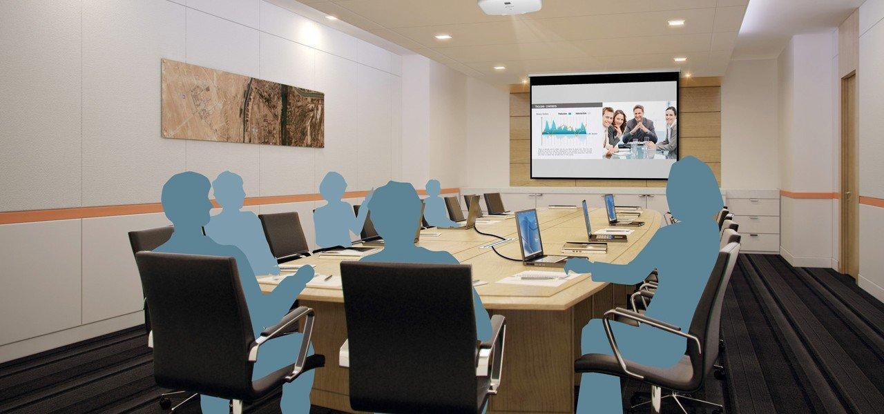 Foto eines großen Besprechungsraumes mit Beamer und Medientechnik