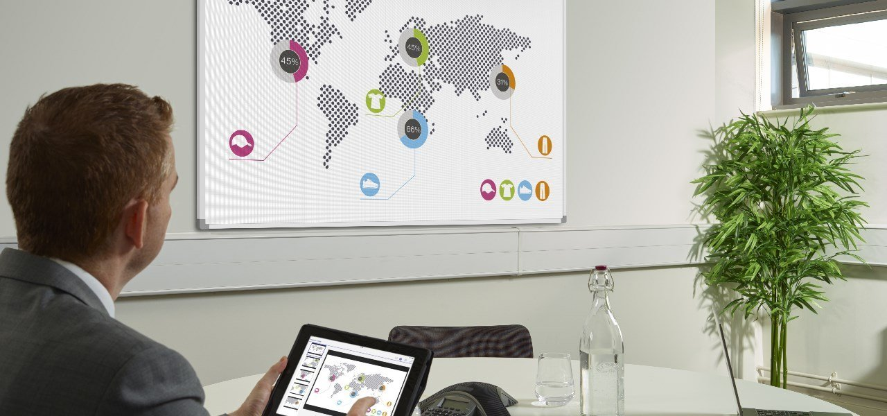 Foto von Konferenzraumtechnik Projektor und Tablet