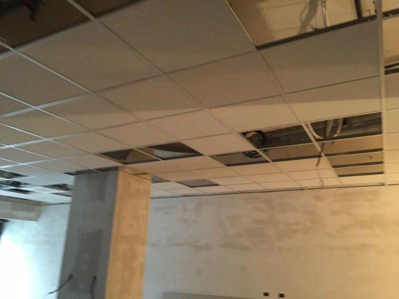 un soffitto con dei pannelli non ancora ultimato
