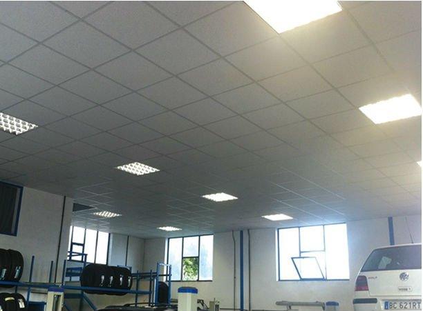 delle luci su un soffitto a pannelli