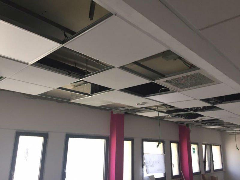 un soffitto a pannelli non ancora terminato
