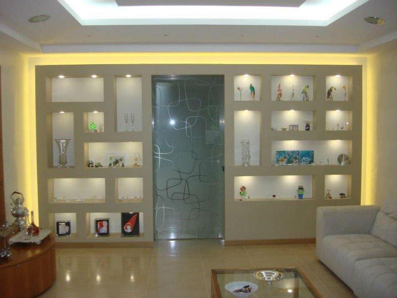 una porta in vetro  e delle mensole a muro con degli oggetti