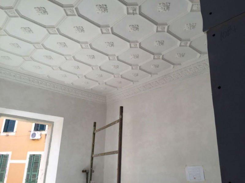 un soffitto con dei disegni lavorati a mano