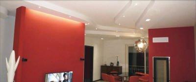 una stanza con dei pannelli divisori rossi e una tv