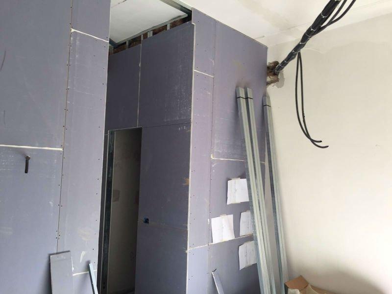 esempio di parete in cartongesso ancora in fase di costruzione