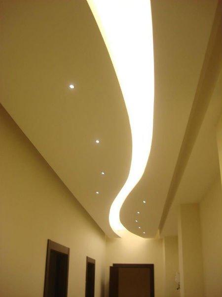 una lunga luce accesa sul soffitto d un corridoio