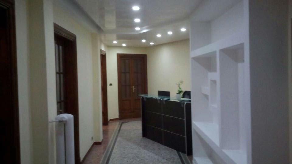 un corridoio con delle porte e un banco di una reception d' accoglienza
