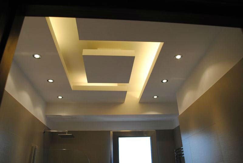 un soffitto con dei faretti accesi