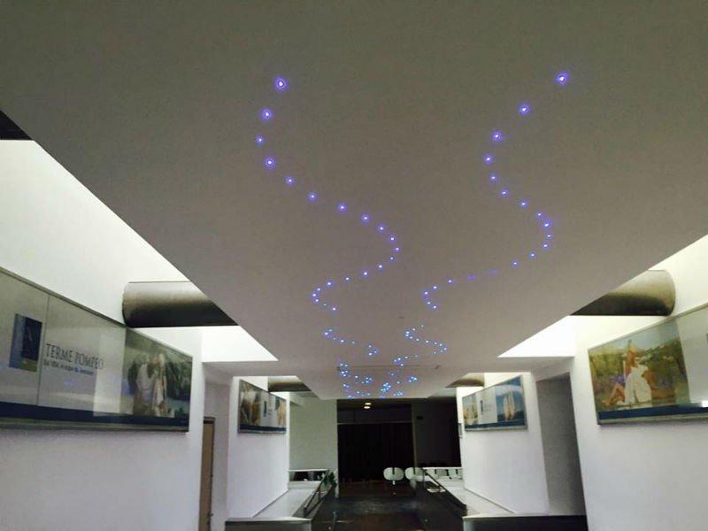 un controsoffitto con delle luci blu in una mostra