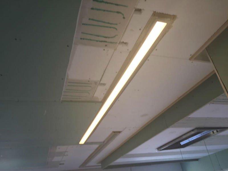 una luce accesa su un controsoffitto in fase di costruzione