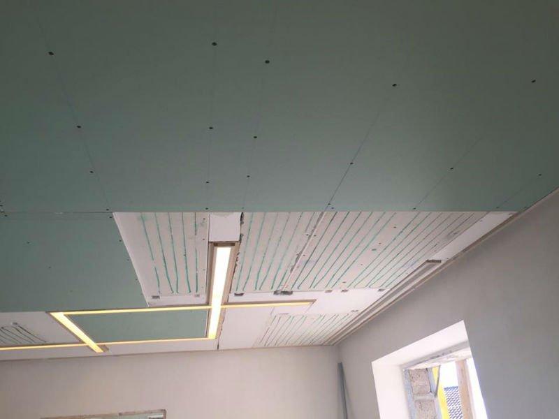 un soffitto a pannelli grigi non ancora ultimato