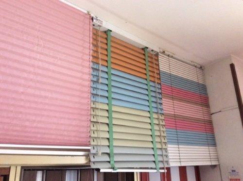 delle tende oscuranti dii color rosa e multicolore
