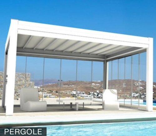 una pergola di color bianco accanto a una piscina