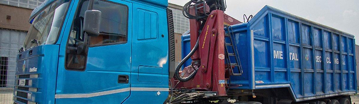 Camion della Metal Recicling di Moncalieri con cassone scarrelabile per il ritiro di grandi quantitativi di cascami ferrosi e non.