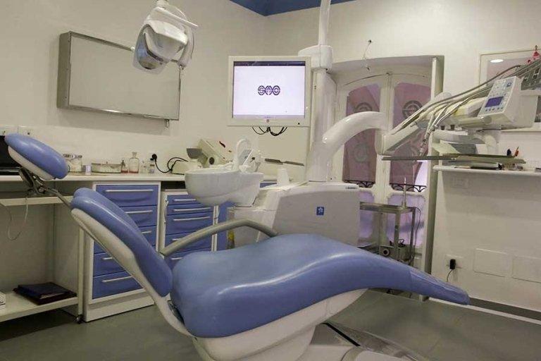 interno di studio dentistico con mobili