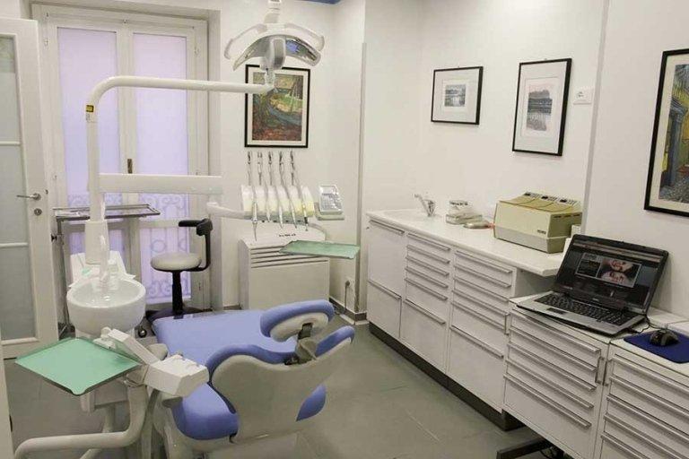 Sedia del dentista moderno in uno studio dentistico