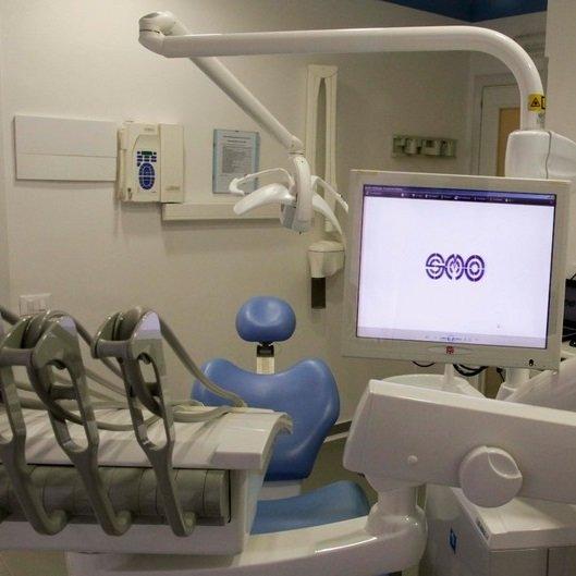 Studio dentistico con computer e strumenti dentale