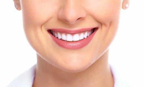una donna sorridente con i denti sani