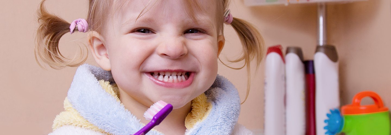 bambina mentre pulisce denti