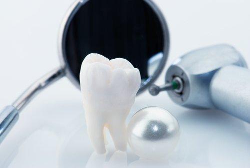 dente con strumenti del dentista