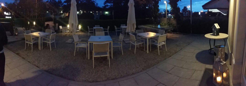 esterno del ristorante con tavoli