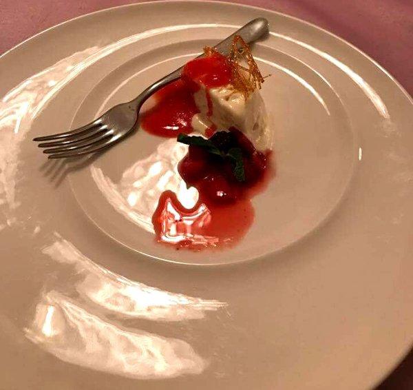 assaggio di un dolce alla frutta