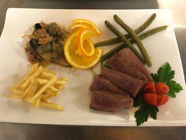 composizione originale di carne nel piatto
