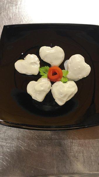 decorazone con mozzarelle a forma di cuore