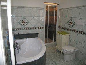 bagno con decorazioni in marmo in un ospizio