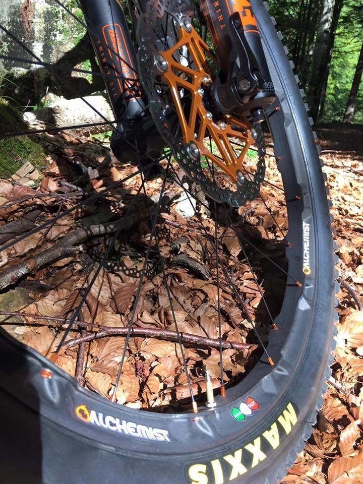 Primo piano di una ruota di una bicicletta