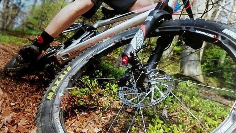 Foto di una mountain bike in azione