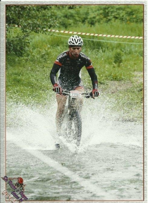 ciclista in mountain bike in acqua
